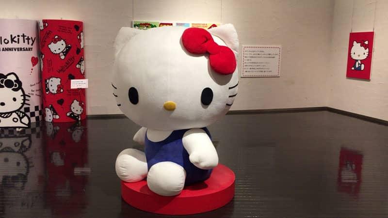 巨大なキティちゃん人形